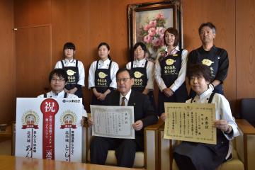 豊田稔市長(前列中央)に鍋-1グランプリで2連覇を報告する武子能久社長(前列左)とスタッフ=北茨城市役所