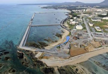 埋め立て用土砂の最初の投入が予定されている沖縄県名護市辺野古沿岸部の区域(中央手前)=14日午前7時29分(小型無人機から)