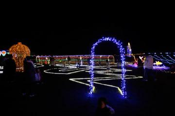 【色鮮やかなイルミネーションが点灯する「光の祭典」=紀宝町大里で】