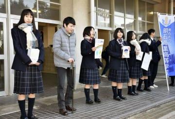 山本育海さん(左から2人目)と一緒に募金活動をする明石商業高の生徒=14日午前、兵庫県明石市