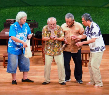 笑いや風刺で沖縄の歴史と不条理を語るタンメーたち=13日、浦添市でだこホール