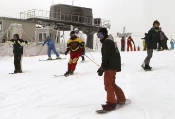 日本最南端の「五ケ瀬ハイランドスキー場」で、スキーやスノーボードを楽しむ人たち=14日午前、宮崎県五ケ瀬町