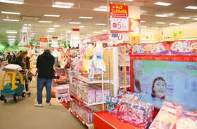 クリスマスを前に多くの家族連れや祖父母らが訪れている玩具売り場=イオン苫小牧店
