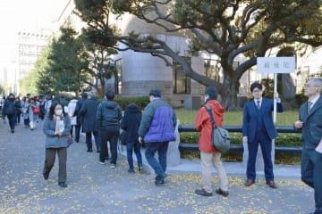 傍聴券を求めて長蛇の列ができた横浜地裁前=14日午前10時5分ごろ、横浜市中区