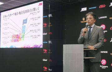 記者会見する日本eスポーツ連合の岡村秀樹会長=13日午後、東京都品川区