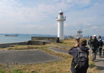東京湾に浮かぶ第二海堡の砲台跡を見学する試験ツアー参加者=10月17日、富津市
