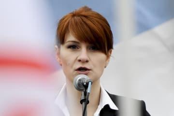 モスクワで開かれた銃所持の合法化を呼び掛ける集会で話すマリア・ブティナ氏=2013年4月(AP=共同)