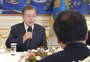 日韓議員連盟と会談する韓国の文在寅大統領。手前は議員連盟会長の額賀元財務相=14日、ソウルの大統領府(共同)