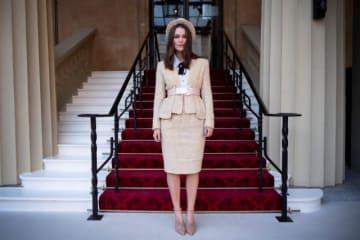 12月13日、英女優キーラ・ナイトレイが、チャールズ皇太子から大英帝国勲章4等勲爵士(OBE)を授与された。ドラマへの出演と慈善活動への貢献が認められた。バッキンガム宮殿で撮影 - (2018年 ロイター/Victoria Jones)