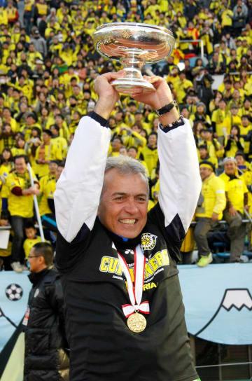 第92回天皇杯全日本サッカー選手権で優勝し、天皇賜杯を掲げる柏・ネルシーニョ監督=2013年1月1日、国立競技場