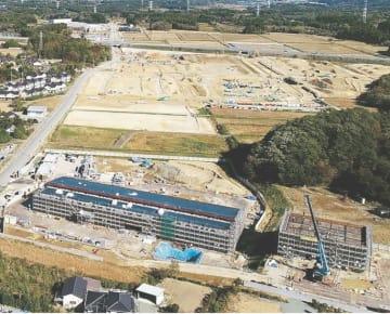 来春、一部地域の避難指示解除を目指す福島県大熊町。下に見えるのが建設中の町役場新庁舎(町提供)