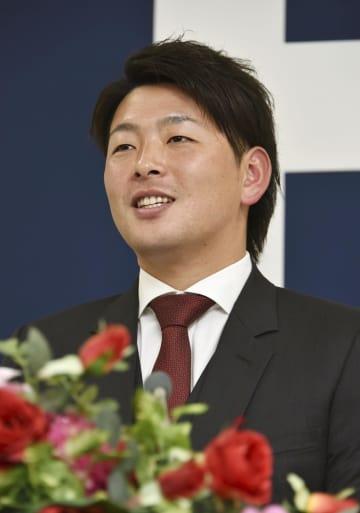 契約更改を終え、記者会見する広島の大瀬良大地投手=14日、広島市