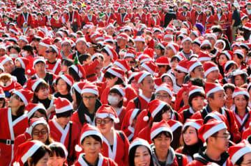 「大阪グレートサンタラン」でスタートを待つ参加者ら=大阪市中央区、朝日新聞社撮影