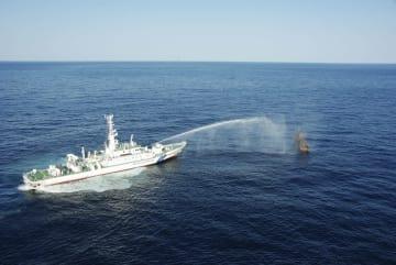 大和堆周辺で北朝鮮漁船に放水する海上保安庁の巡視船=11月中旬(同庁提供)