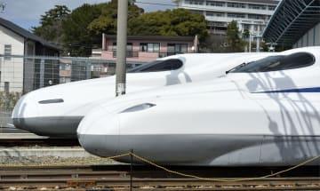 東海道新幹線の新型車両N700S(手前)と従来のN700系=3月