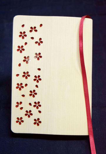 全国推奨観光土産品審査会で入賞した「木のブックカバー」