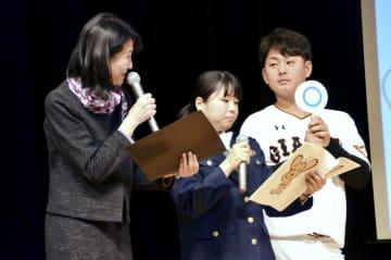 イベントに参加する巨人の谷岡竜平投手(右)=14日午後、東京都江戸川区