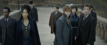 一人だけ違う方向を見ているジェイコブ - 映画『ファンタスティック・ビーストと黒い魔法使いの誕生』より - (c) 2018 Warner Bros. Ent. All Rights Reserved. Harry Potter and Fantastic Beasts Publishing Rights (c) J.K.R.