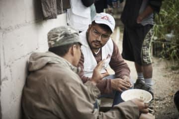 メキシコ南部にたどり着き、これから北を目指すという男性の話しを聞くMSFスタッフ(2018年11月撮影)© Christina Simons