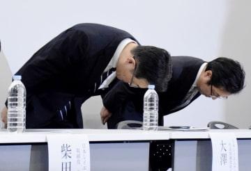 製造工程の無断変更などの不正について謝罪する日本シイエムケイの大沢功社長(左)ら=14日午後、東京都新宿区