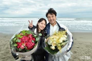 オールアップで花束を受け取った戸田恵梨香&ムロツヨシ