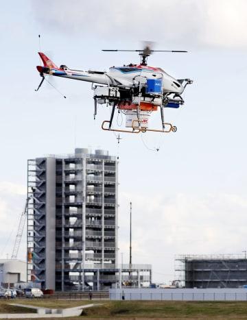 障害物探知試験で飛行する無人航空機=14日午後、福島県南相馬市の福島ロボットテストフィールド