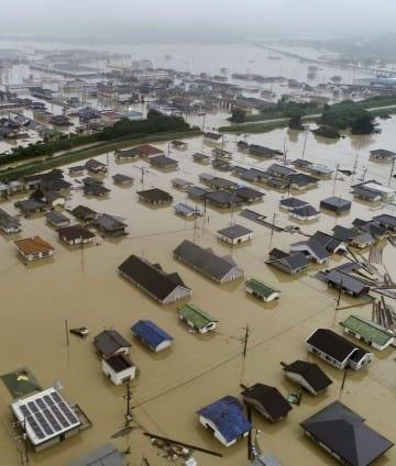 豪雨で冠水した岡山県倉敷市真備町地区の住宅街=7月