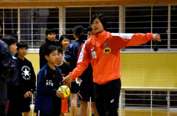 「アスリートタウン延岡スポーツ特別賞」を受賞した原選手(右)。延岡中では小中生と交流を深めた