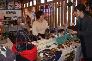 クリスマスにぴったりの手作り商品が並ぶマーケット