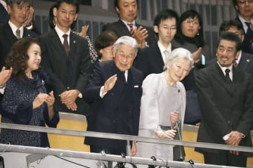 「Ay曽根崎心中」鑑賞のため、会場に到着された天皇、皇后両陛下=14日夜、東京都渋谷区の新国立劇場(代表撮影)
