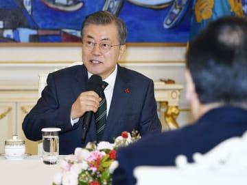 14日、ソウルの大統領府で日韓議員連盟の代表団と会談する韓国の文在寅大統領(共同)
