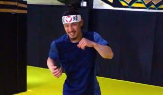 笑顔を浮かべながらシャドーボクシングをする矢地は「絶好調」