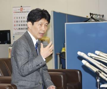 群馬県庁で記者会見する自民党の山本一太参院政審会長=14日午後