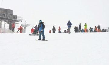 五ケ瀬ハイランドスキー場で今季初のスキーやスノーボードを楽しむ来場者=14日午前、五ケ瀬町鞍岡
