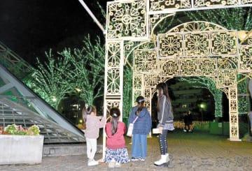 点灯された緑に輝く木々やアーチに、子どもたちは楽しそうだった=埼玉県川口市