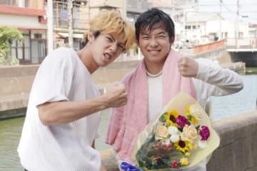 連続ドラマ「今日から俺は!!」のクランクアップを迎えた賀来賢人さん(左)と太賀さん=日本テレビ提供