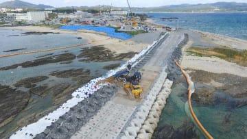 土砂投入作業が始まった辺野古崎側「N3」護岸付近=14日、午前11時10分(下地広也撮影)