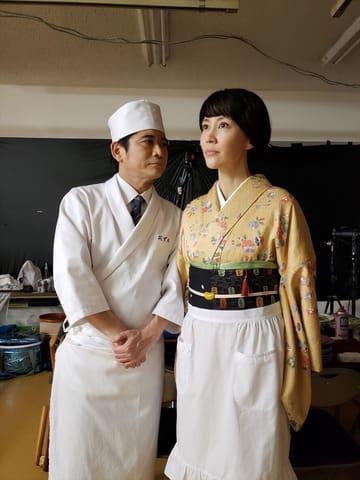 連続ドラマ「あなたには渡さない」の撮影を終えた木村佳乃さん(右)と萩原聖人さん=テレビ朝日提供