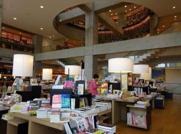 「ツタヤ図書館」として話題を集めてきた海老名市立中央図書館=同市めぐみ町