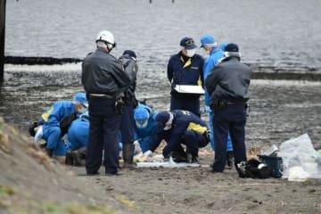 乳児の遺体が発見された現場付近を捜索する県警の捜査員=13日午後2時20分ごろ、平塚市唐ケ原