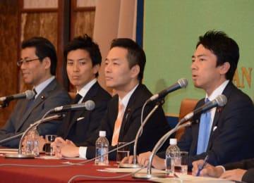 日本記者クラブで会見する小泉氏(右端)ら=14日午後、東京都千代田区