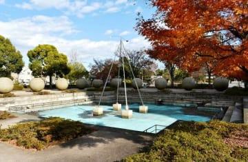 球体の噴水オブジェなどを年度内に撤去し、平面の広場に暫定整備されることになった厚木中央公園西側=厚木市寿町