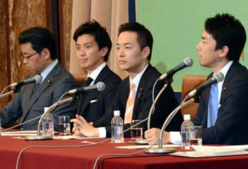 日本記者クラブで会見する、右から小泉氏、村井氏、小林氏、福田氏