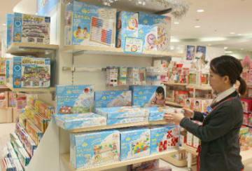 小学校でのプログラミング教育必修化を前に知育玩具の人気が高まっている=大分市のトキハわさだタウン