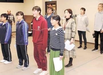 初公演に向けて稽古に励む市民劇ファクトリーのメンバー