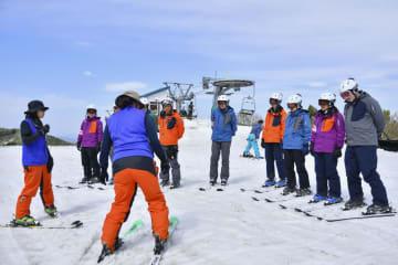通訳(左端)付きのスキーレッスンを受ける外国人客ら=2017年5月、新潟県湯沢町(ガーラ湯沢提供)