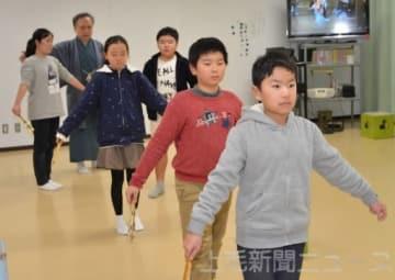 下平克宏さんの指導で「鞍馬天狗」に登場する子方の所作を学ぶ児童たち