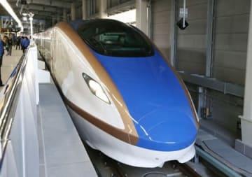 金沢駅に停車している北陸新幹線のE7系車両。上越新幹線にもE7系が導入される=2015年2月、石川県金沢市