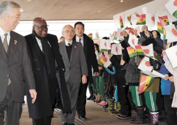 歓迎する小学生に笑顔で応えるアクフォアド大統領(左から2人目)