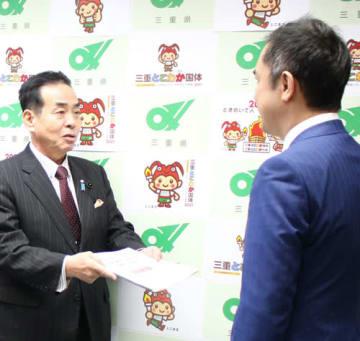 【鈴木知事(右)に提言書を手渡す中森幹事長=県庁で】